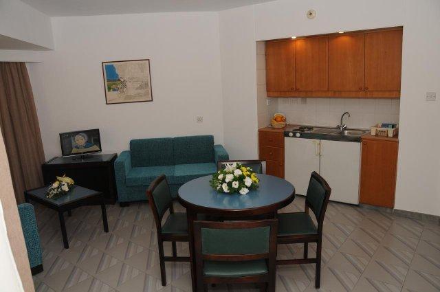 Woonkamer met kitchenette van Appartementen Atrium Zenon Larnaca Cyprus