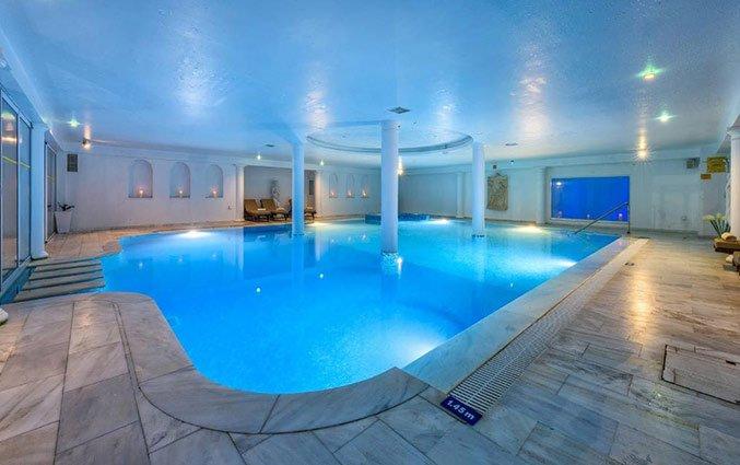 Binnenzwembad van Hotel Golden Bay Beach in Larnaca - Cyprus