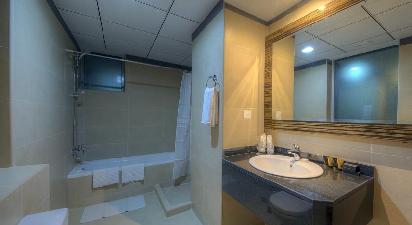 Badkamer van een tweepersoonskamer van Hotel Orchid Vue in Dubai