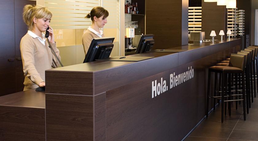 Receptie van Hotel NH Berlin Postdamer Platz in Berlijn