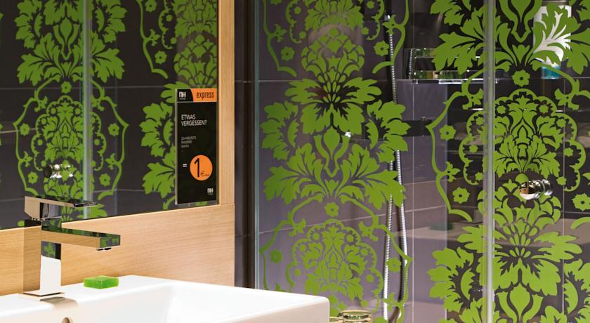 Badkamer van een tweepersoonskamer van Hotel NH Berlin Postdamer Platz in Berlijn