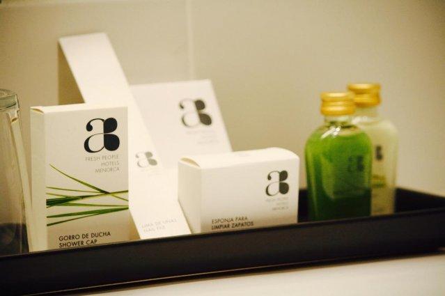 Toiletartikelen in een badkamer van een tweepersoonskamer van Hotel Artiem in Madrid