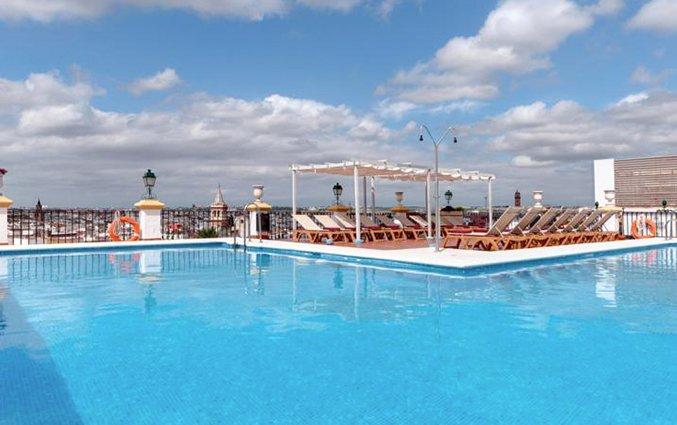 Zwembad van hotel Sevilla Macarena in Sevilla