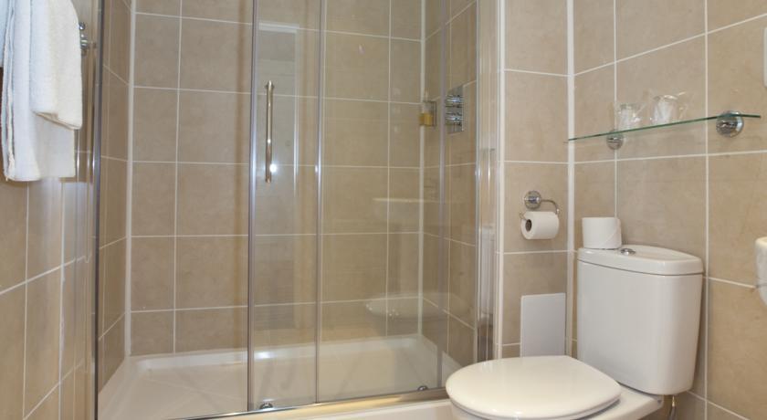 Badkamer van een tweepersoonskamer van Hotel Piries in Edinburgh