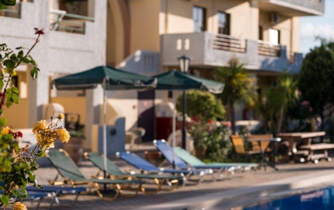 Ligbedden aan het zwembad van Aparthotel Nireas Kreta