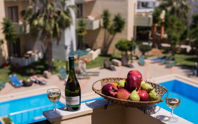 Uitzicht op het zwembad vanaf Aparthotel Nireas Kreta