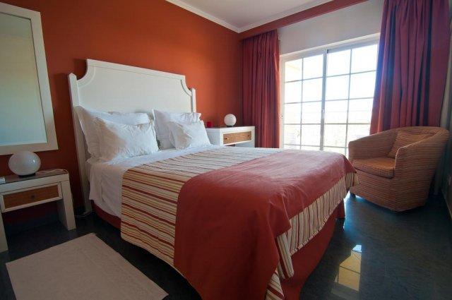 Bed in kamer van Appartementen Villas Barrocal Algarve