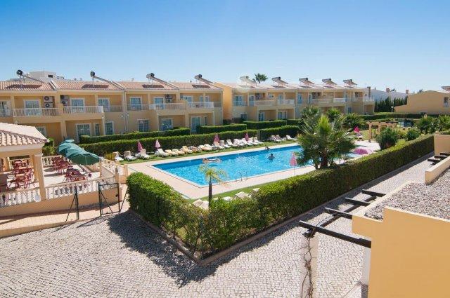 Zwembad met op achtergrond het gebouw van Appartementen Villas Barrocal Algarve