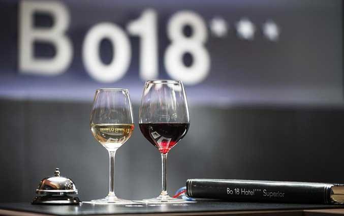 Tafel met wijnglazen in de bar van Hotel Bo18 in Budapest