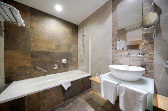 Badkamer van een tweepersoonskamer van Hotel en Spa Maritim Antonine op Malta