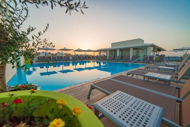 Zwembad bij zonsondergang van Hotel en Spa Maritim Antonine op Malta