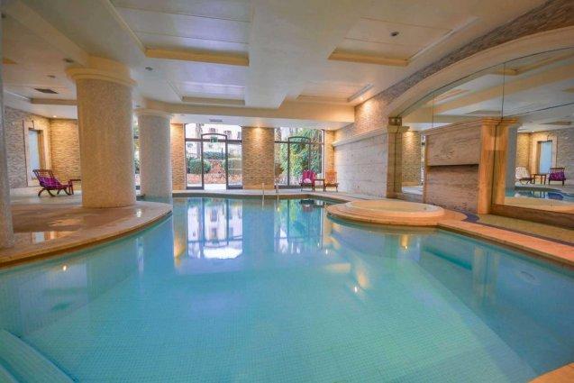Binnenzwembad van Hotel en Spa Maritim Antonine op Malta