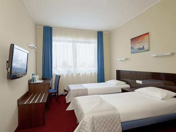 Twee aparte bedden in kamer van Hotel Focus in Gdansk