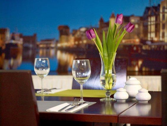 Eettafel met uitzicht op de stad in Hotel Focus in Gdansk