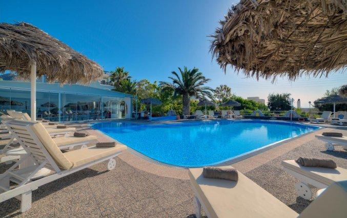 Zwembad met zonneterras van Hotel Villa Olympia op Santorini
