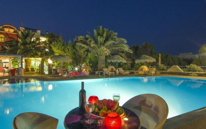 Zwembad met terras van Hotel Villa Olympia op Santorini