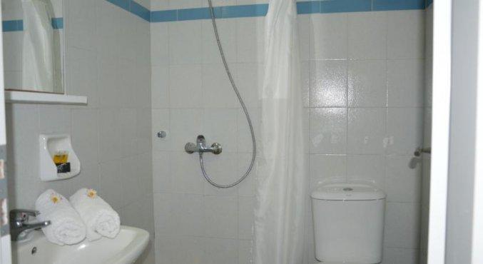 Badkamer van een tweepersoonskamer van Hotel Villa Olympia op Santorini