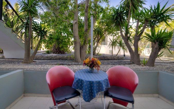 Balkon van een tweepersoonskamer van Hotel Villa Olympia op Santorini
