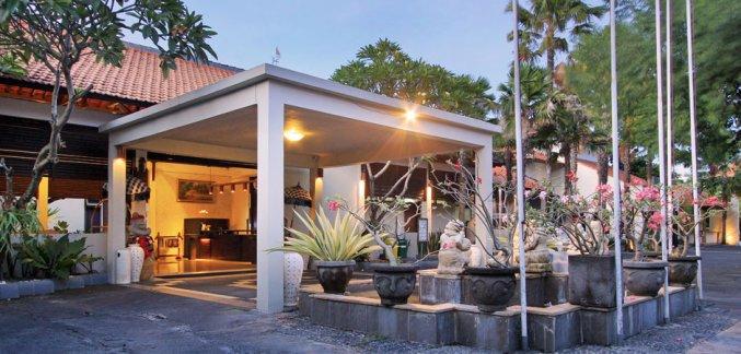 Terras van Hotel Kuta Lagoon Resort op Bali