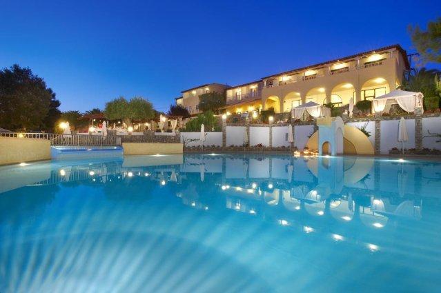 Zwembad van hotel Elea Village in Chalkidiki