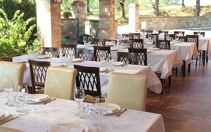 Terras van Hotel Agriturismo Corte Benedetto in Toscane