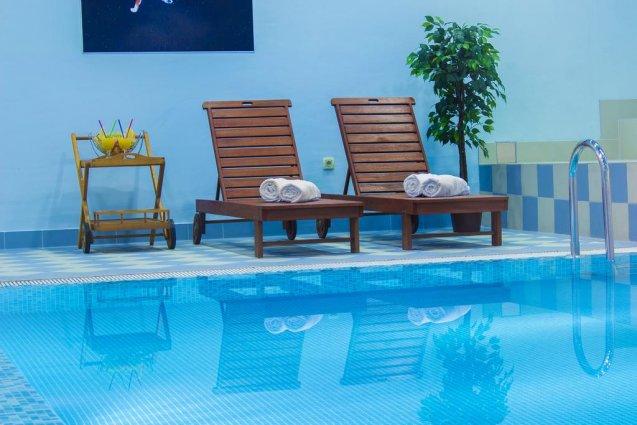 Zwembad met ligbedjes van Hotel Spongiola in Dalmatië