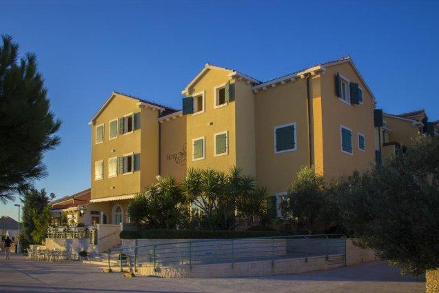 Gebouw van Hotel Spongiola in Dalmatië