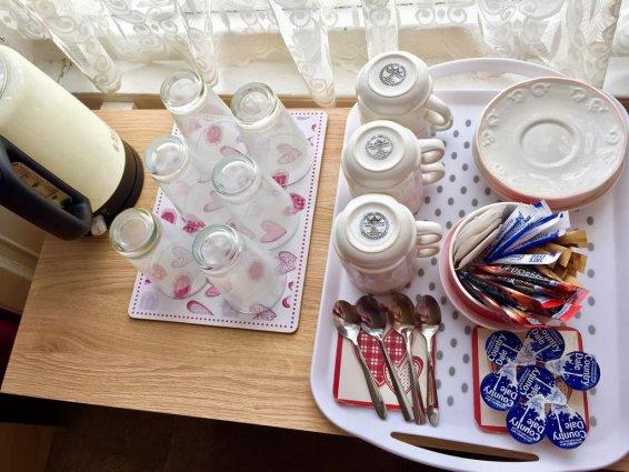 Koffie- en theefaciliteiten van een tweepersoonskamer van Guest House Pilrig in Edinburgh
