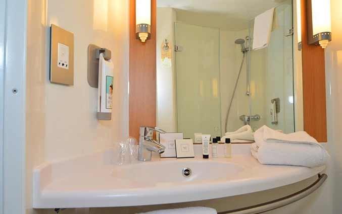 Badkamer van een tweepersoonskamer van hotel Ibis Centre South Bridge in Edinbugh