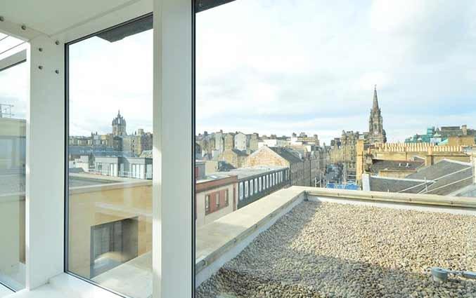 Uitzicht vanuit een tweepersoonskamer van hotel Ibis Centre South Bridge in Edinbugh