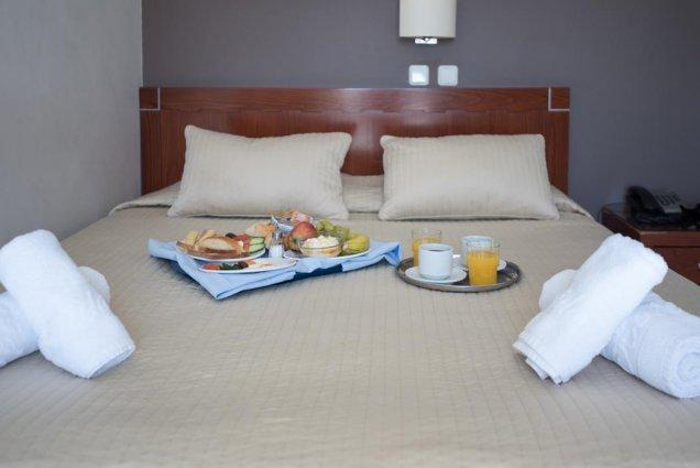Tweepersoonsbed van Hotel Epidavros Athene