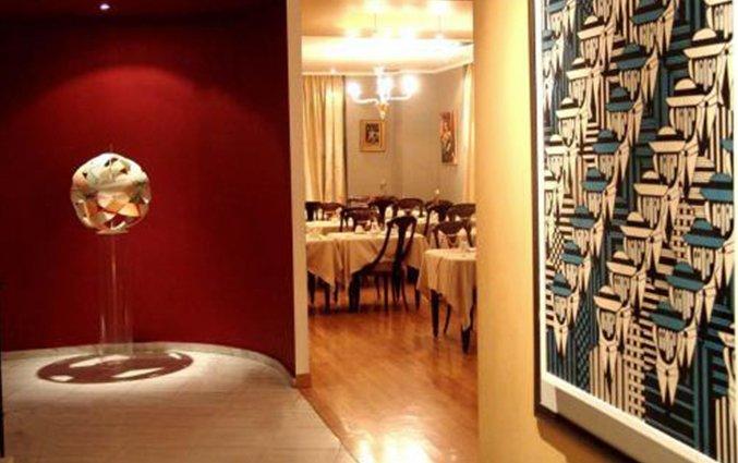 Gang met kunst en de ontbijtzaal van Hotel Art Athens in Athene