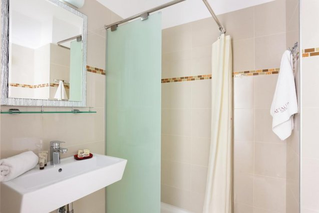 Badkamer van een tweepersoonskamer van Hotel Attalos in Athene