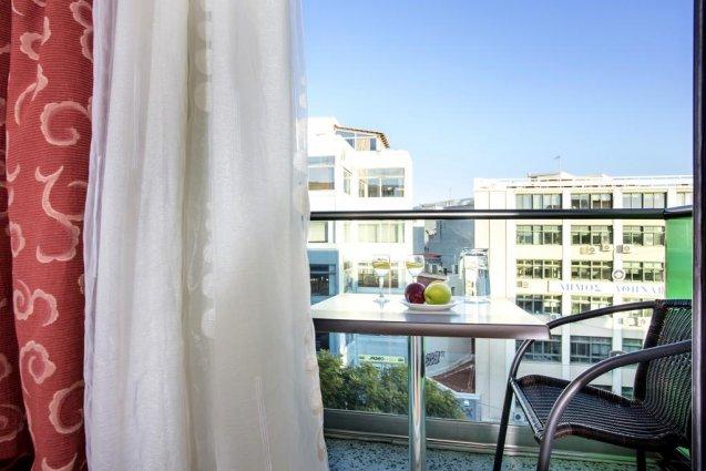 Balkon van een tweepersoonskamer met uitzicht van Hotel Attalos in Athene