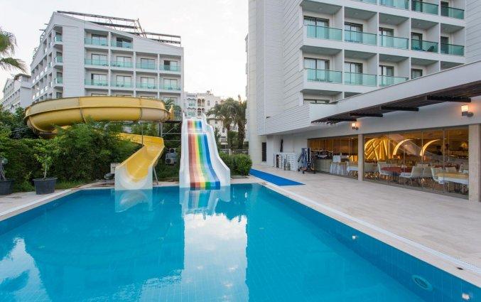 Buitenzwembad en glijbanen van Hotel Club Falcon in Antalya