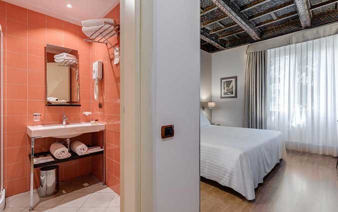 Tweepersoonskamer met badkamer van Hotel La Fortezza in Florence