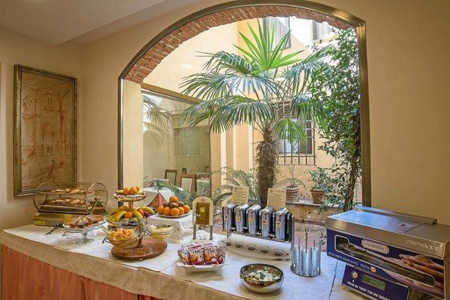 Ontbijtzaal met buffet van Hotel Atlantic Palace in Florence