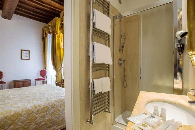 Tweepersoonskamer met badkamer van Hotel Atlantic Palace in Florence