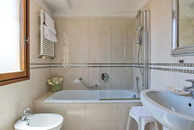 Badkamer van een tweepersoonskamer van Hotel Atlantic Palace in Florence