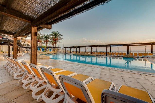 Terras aan zwembad Sunny Coast Resort in Malta