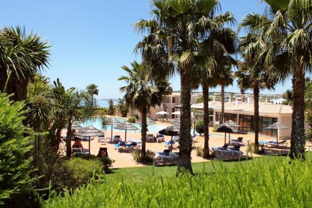 Tuin met uitzicht op het zonneterras van Hotel Clube Mos Algarve