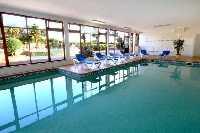 Het binnenzwembad van Hotel Clube Mos Algarve