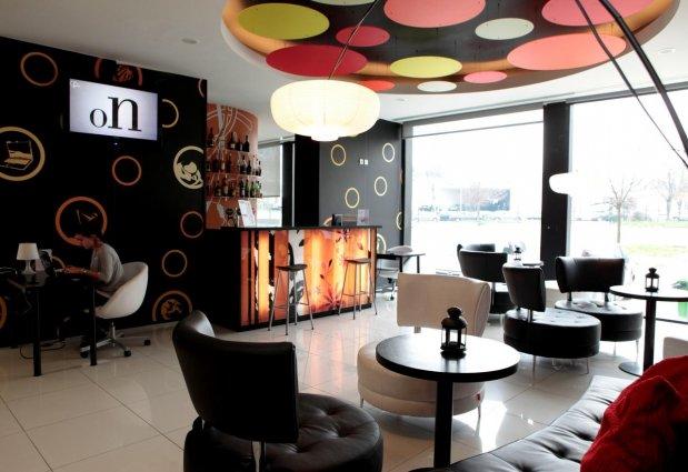 Loungebar met bar en zitgedeelte van hotel Star Inn Porto in Porto