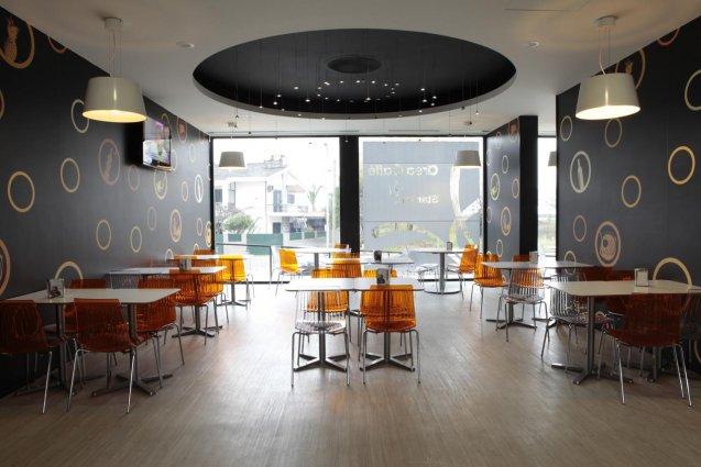 Restaurant met ramen en uitzicht op straat van hotel Star Inn Porto in Porto