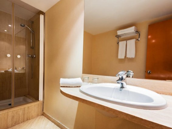 Badkamer van een tweepersoonskamer van Hotel VillaCarlos in Valencia