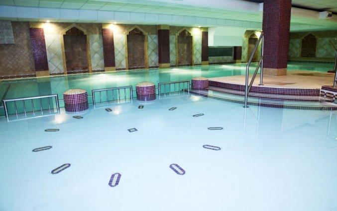 Binnenzwembad van Hotel Camden Court in Dublin