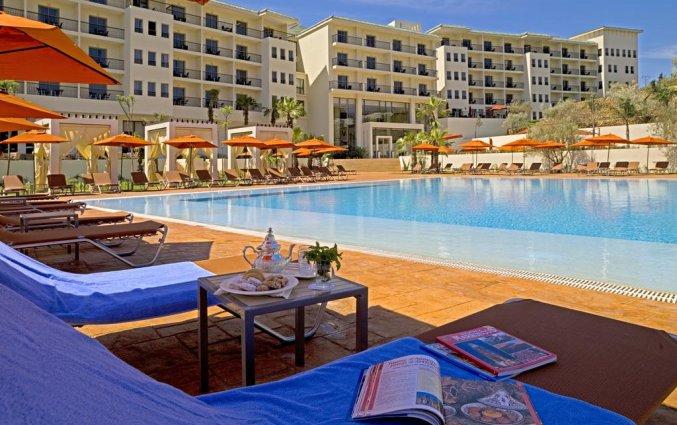 Buitenzwembad met zonneterras van Hotel Palais Medina & Spa in Fez