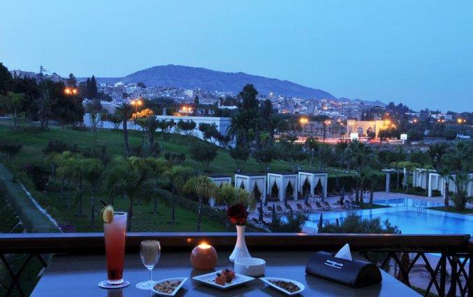 Balkon met uitzicht op het buitenzwembad van Hotel Palais Medina & Spa in Fez