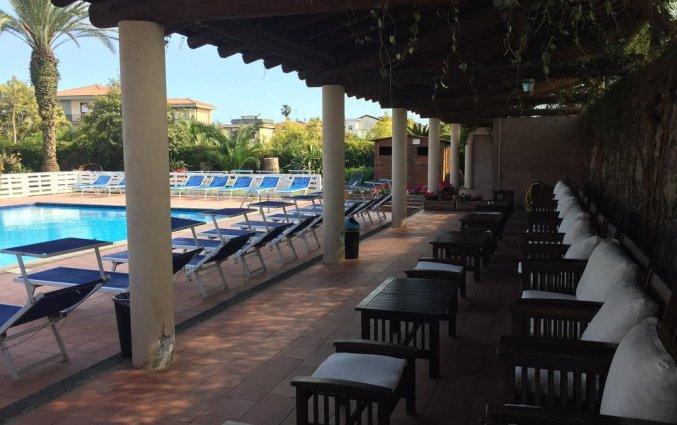 Zwembad met ligbedjes van Hotel Etna op Sicilië