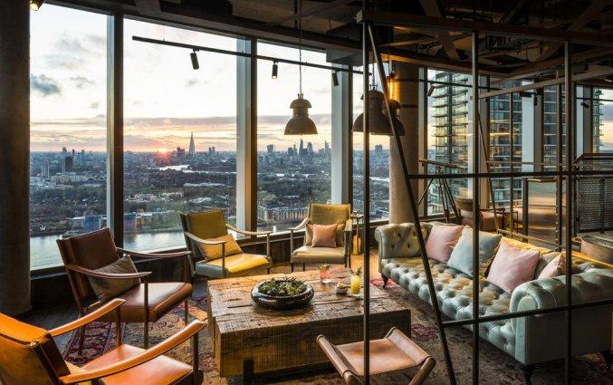 Lounge met uitzicht van Hotel Novotel Canary Wharf in Londen